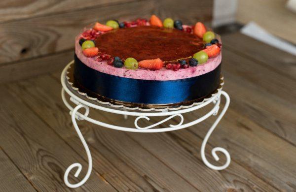Gyümölcsös joghurtos torta tortaállványon